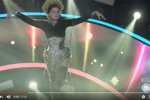 """""""Voando"""" e com cambalhotas, Xuxa faz entrada triunfal no """"Dancing Brasil"""" – VEJA VÍDEO"""