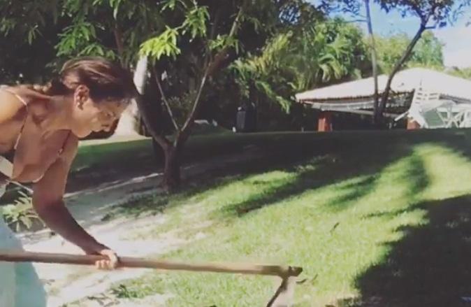 Ivete Sangalo posta vídeo capinando jardim e surpreende fãs na internet
