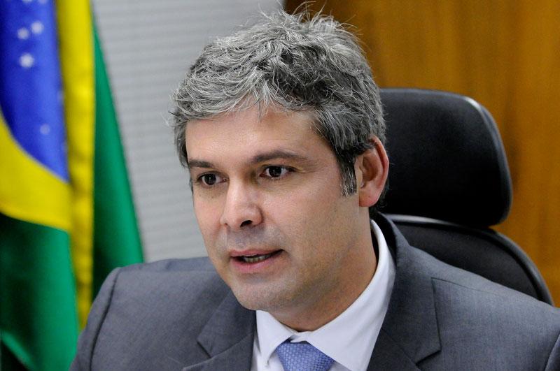 'Moro é um militante político da direita brasileira!', afirma Lindbergh Farias sobre decisão do Juiz