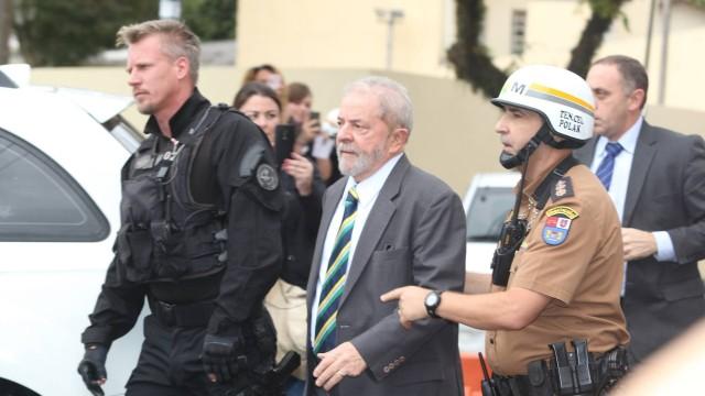 'Policial gato' chama atenção ao escoltar Lula em Curitiba