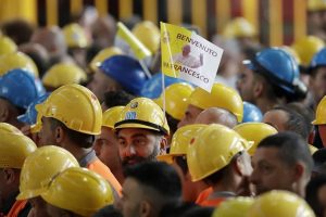 Papa visita metalúrgicos e denuncia exploração de trabalhadores