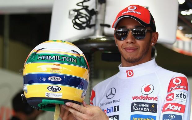 Após igualar ídolo, Hamilton recebe capacete de Senna, chora e desfila em carro