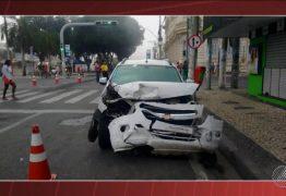 O PERIGO DO SINAL AMARELO NA MADRUGADA: Câmeras registram batida entre dois táxis que deixou um morto – VEJA VÍDEO
