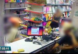 Vídeo mostra homem com farda de gari e criança em roubo a loja na Paraíba