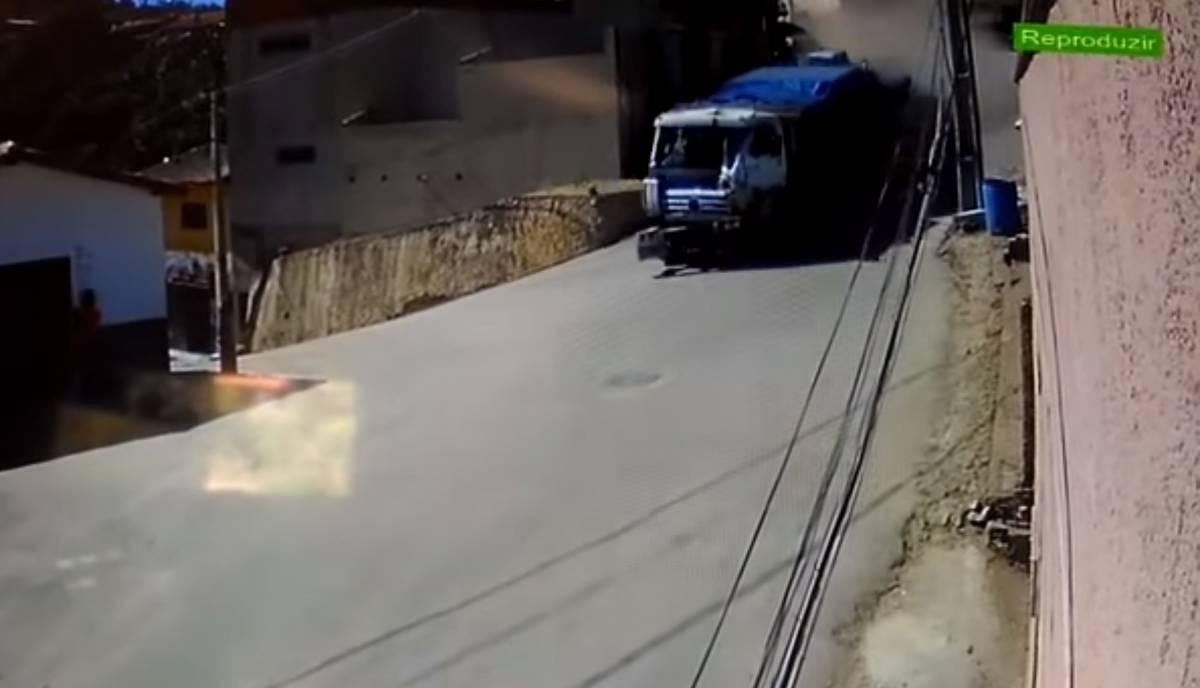 IMAGEM INCRÍVEL: Caminhão desgovernado atinge carros e casa –VEJA VÍDEO