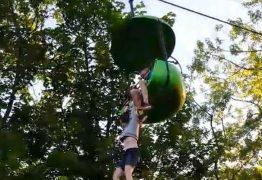 Garota fica pendurada em teleférico e é resgatada por visitantes do parque – VEJA VÍDEO