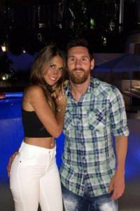 mano de messi 200x300 - Lionel Messi posa com a mulher em Ibiza e 'mão boba' dá o que falar
