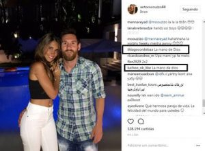 messi 345 300x220 - Lionel Messi posa com a mulher em Ibiza e 'mão boba' dá o que falar