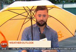 Repórter é arrastado pelo vento enquanto fazia previsão do tempo – VEJA VÍDEO