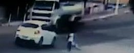 VEJA VÍDEO: Criança é atropelada, arremessada para fora de rodovia e sai caminhando