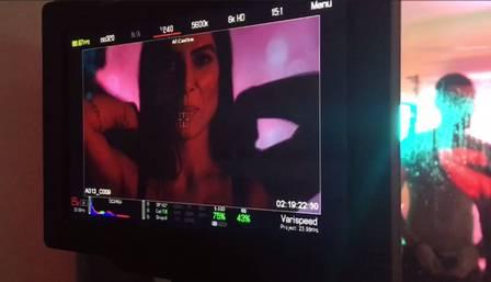 cleo 8 - Após declaração polêmica, Cleo Pires simula sexo a três em gravação de clipe