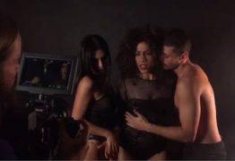Após declaração polêmica, Cleo Pires simula sexo a três em gravação de clipe