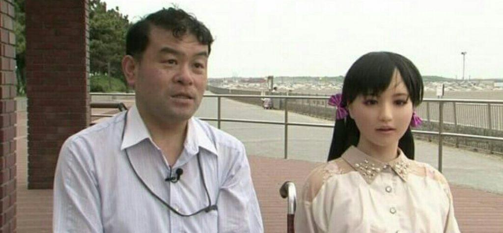 japones e boneca 1024x474 - Japoneses trocam esposas por bonecas de silicone