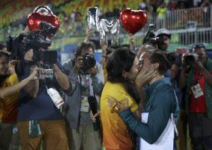 rugbi1 300x212 - Após pedido de casamento na Rio-2016, jogadora de rúgbi brasileira se casa com ex-voluntária