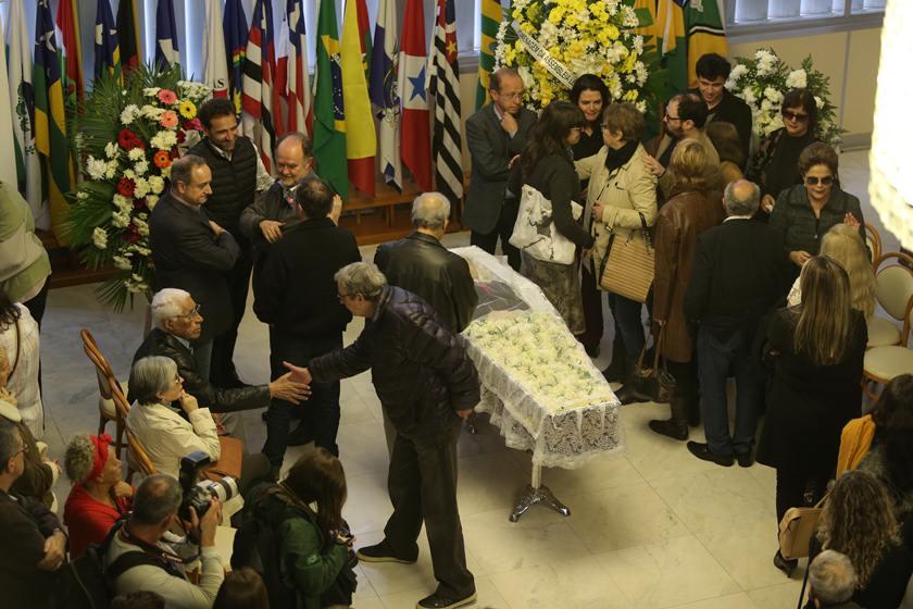 Dilma acompanha velório de ex-marido, Carlos Araújo