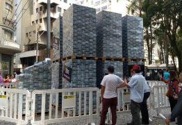 Divulgação do filme da Lava Jato leva montanha de dinheiro falso ao Centro de Curitiba