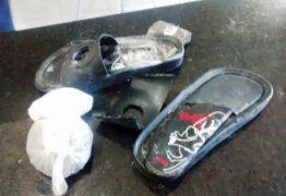 Mulher é detida após tentar entrar em presidio com droga em sandálias