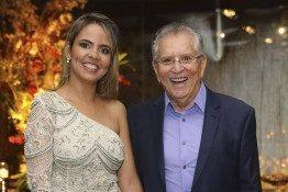 Carlos Alberto de Nóbrega se declara para namorada 42 anos mais nova