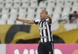 Artilheiro do Botafogo revela que quase parou de jogar futebol
