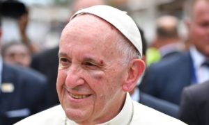 x71557259 Pope Francis shows a bruise around his left eye and eyebrow caused by an accidental hit.jpg.pagespeed.ic .VS71sAZO5c 300x180 - Papa Francisco tem o rosto ferido durante visita à Colômbia