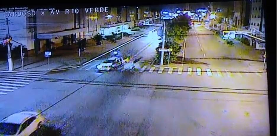 VOLANTE E ÁLCOOL: Câmera de monitoramento registra atropelamento de mãe e filha por motorista bêbado – VEJA VÍDEO