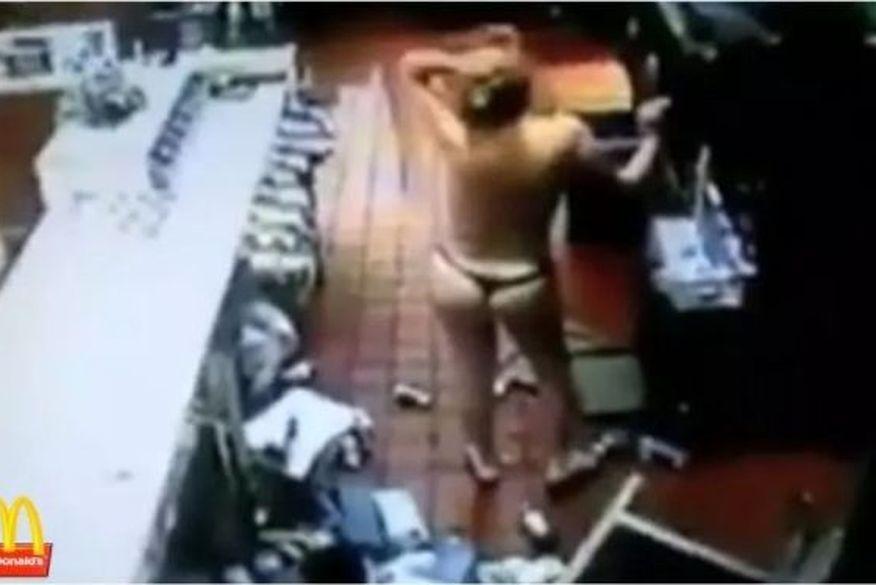 Funcionária processa rede de fast-food após ser obrigada a tirar a roupa