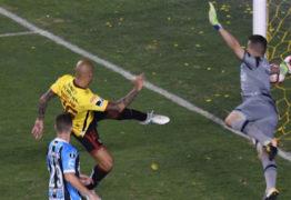"""""""Era o que dava pra fazer"""", diz Grohe após defesa impossível no jogo do Grêmio"""