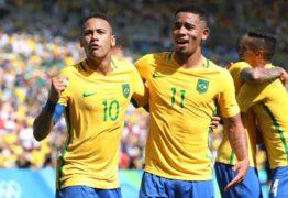 Gabriel Jesus 'ataca' de fotógrafo em voo da seleção e é zoado por Neymar; vídeo