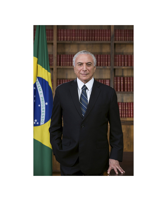 A pedido de Temer Planalto lança foto oficial do presidente sem faixa