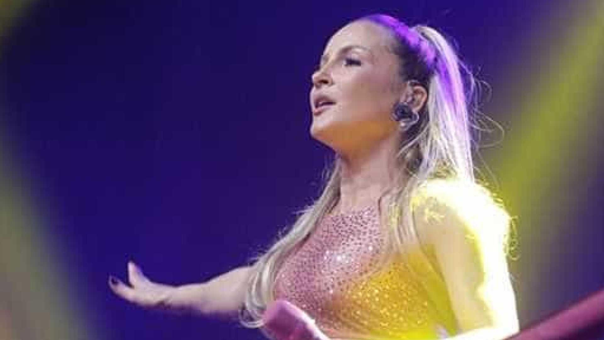 Em Show fã tenta tirar aliança de Cláudia Leitte – Veja vídeo