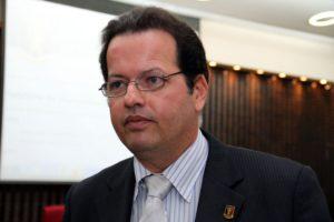 André Carlo Torres Pontes 300x200 - VERGONHA; Mais de 40 mil servidores acumulam cargos na Paraíba, tem casos de um só ter 8 vínculos - VEJA COMO PESQUISAR