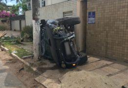 VEJA VÍDEO: Câmeras flagram momento em que veículo capota em Cabedelo