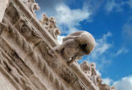 O que estas figuras obscenas fazem adornando catedrais medievais?