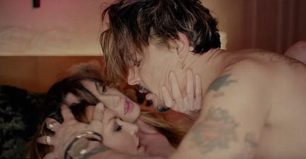 Johnny Depp faz sexo com duas mulheres em clipe chocante