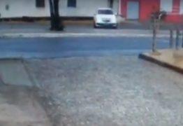 VEJA VÍDEO: Goleiro perde controle do carro e bate em poste