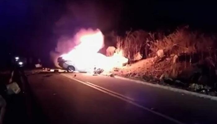 Motorista morre após carro bater em caminhão e pegar fogo