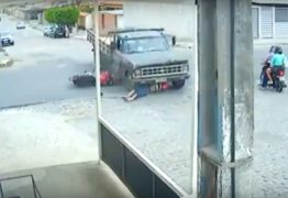 VEJA VÍDEO: Motociclista escapa ileso após grave acidente com caminhão
