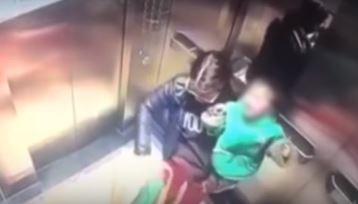 Babá é flagrada dando socos em criança dentro de elevador