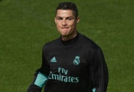 Acusado de estupro: Cristiano Ronaldo é alvo de protestos antes de estreia pelo United