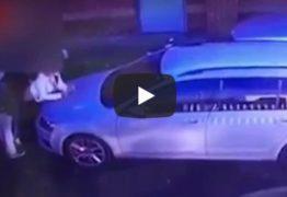 VEJA VÍDEO: Câmera flagra trio praticando ménage dentro de estacionamento
