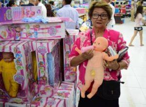 201801100225080000007661 300x219 - Loja que vendia 'boneca transexual' é fechada