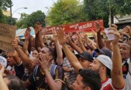 A poucos dias da eleição, torcida do Vasco protesta contra Eurico