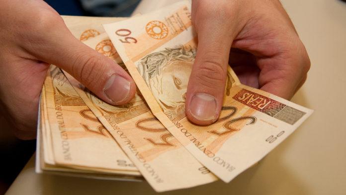 Dinheiro USP Imagens Fotos Públicas 3 696x392 - Prefeitura paga 1ª parcela do 13º aos servidores