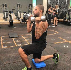 adriano treinando flamengo 300x296 - Flamengo oferece auxílio psicológico a Adriano, para ajudar jogador no retorno aos gramados