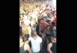 VEJA VÍDEO: PM dá soco em mulher e vítima desmaia durante bloco de carnaval
