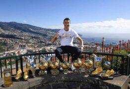 Em sua terra natal, Cristiano Ronaldo junta troféus individuais e posa para foto