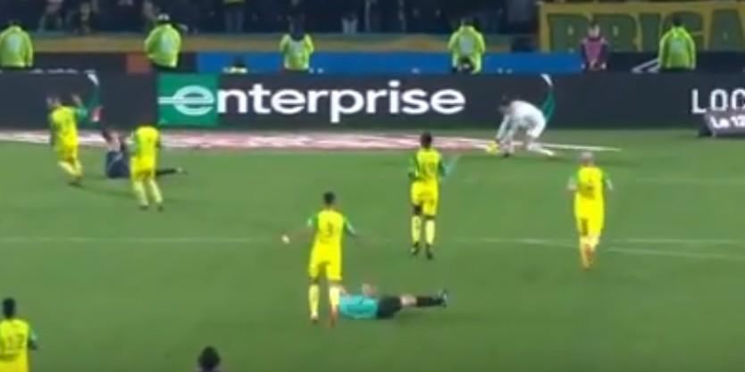 Árbitro tropeça e agride jogador durante partida de futebol