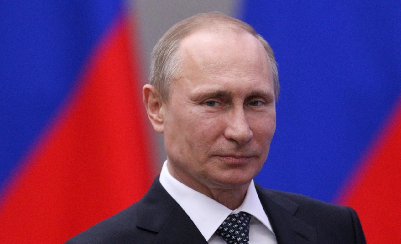 Putin mergulha em águas glaciais durante festa religiosa; termômetro marcava -5°C