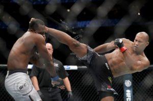 ronaldo jacaré chute alto 300x197 - Ronaldo Jacaré nocauteia Derek Brunson e se aproxima ainda mais de luta pelo cinturão do UFC