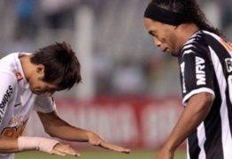 Neymar reverencia Ronaldinho, e Pelé deixa mensagem